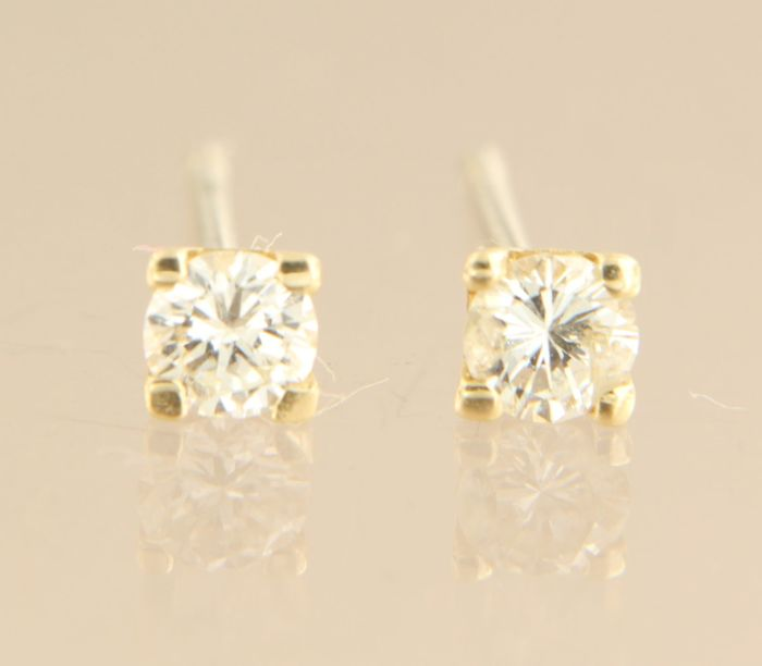 14 kt yellow gold solitaire ear studs set with brilliant cut diamond, width 3.7 mm