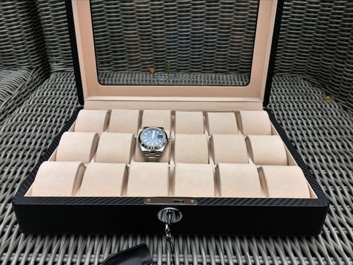Deluxe, carbon-look leather watch box with a lock, for 18 watches