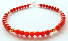Bracelet made of red coral beads and a 14 kt yellow gold clasp and dividing beads – 20.5 cm