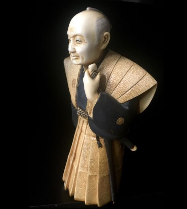 Ivory okimono of a Samuraiin formal garb - signed 'Yoshinobu' - Japan – ca. 1900-30