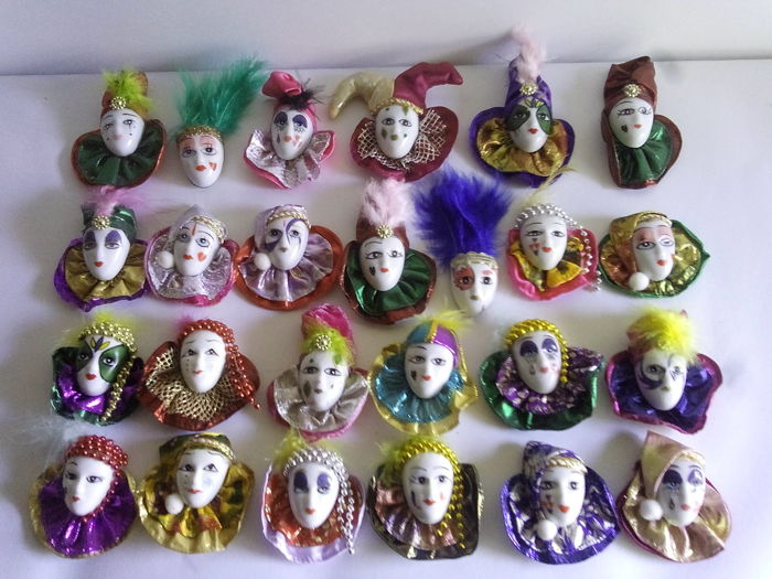 Beautiful lot of 25 porcelain masks with magnet on the back