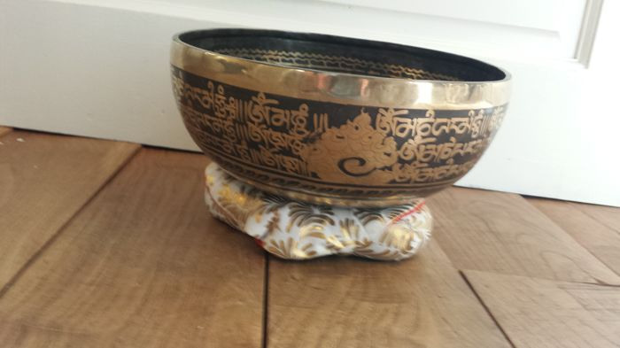 A handmade singing bowl, Diameter: 25 cm 1630g- Nepal - Second half of 20th century