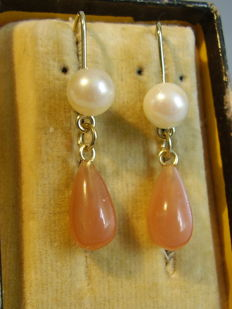 Golden 14 kt earrings with genuine Akoya pearls and moonstone drops weighing 4 ct