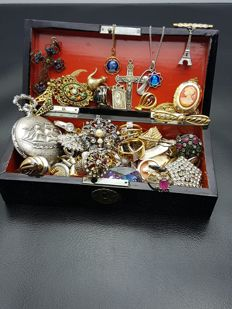 Richly filled jewellery box - filled with jewellery