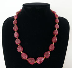 Engraved ruby necklace - 14 kt gold clasp - approx. 560 ct, total length 58.5 cm