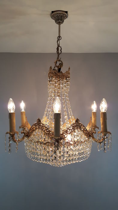 Chandelier set with cut crystals.
