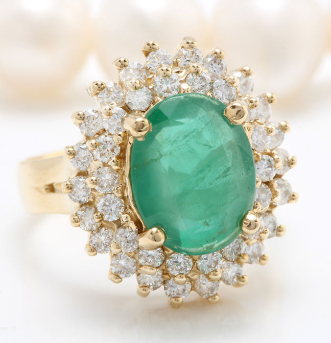 5.25 ct emerald and diamond ring made of 14 kt yellow gold, size 6