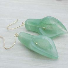 Nephrite lily earrings with 18 kt gold. Hook clasp. 40 mm.
