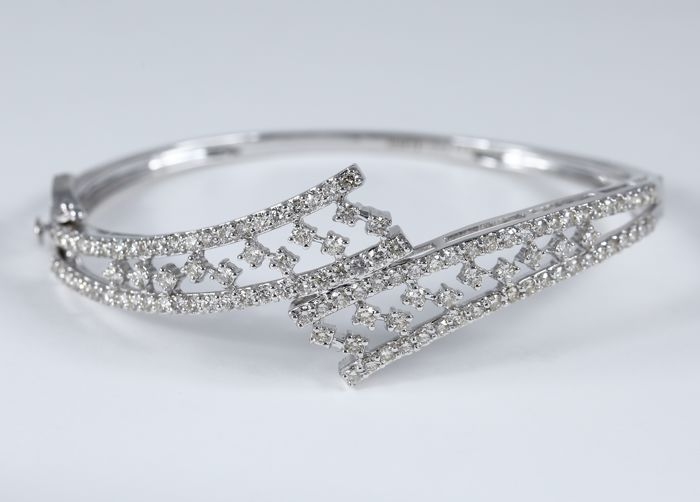 14K White Gold Diamond Bracelet with 2.72 ct. Diamonds - Diameter Inner : 2.20 inches