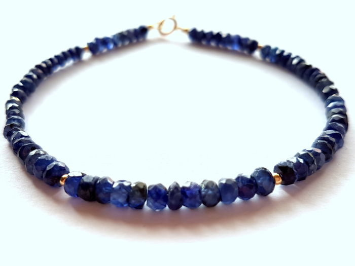 Bracelet made of facetted sapphire beads with 14 kt gold clasp and 14 kt divider beads, length: 20 cm