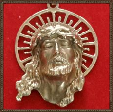 Pendant with Christ's face in gold. Weight: 15.2 g and height: 6 cm.