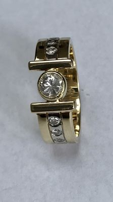 14 kt gold bi-colour ring with 0.50 ct and 6 x 004 ct brilliant cut diamonds. Ring size: 21 (66)
