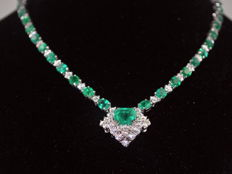 Necklace in 18 kt gold with 25.50 ct emeralds and 8.00 ct diamonds, totalling 33.50 ct  CISGEM
