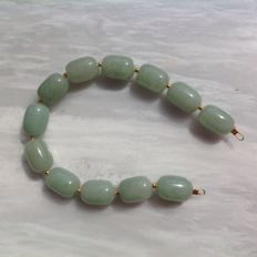 Bracelet made of Chinese jade, 29 grams, length: 20.5 cm. Yellow gold clasp, 18 kt/750.