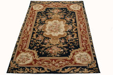 (Size: 153 x 91 cm) Exceptional needlepoint rug – Floral design – Very elegant – Aubusson – 100% handmade 1970s-80s (Galleria Farah 1970)