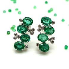 Earrings in 18 kt gold with Emeralds and Diamonds totalling 3.07 ct – Dimensions of single earring: 9.50 x 17.50 mm