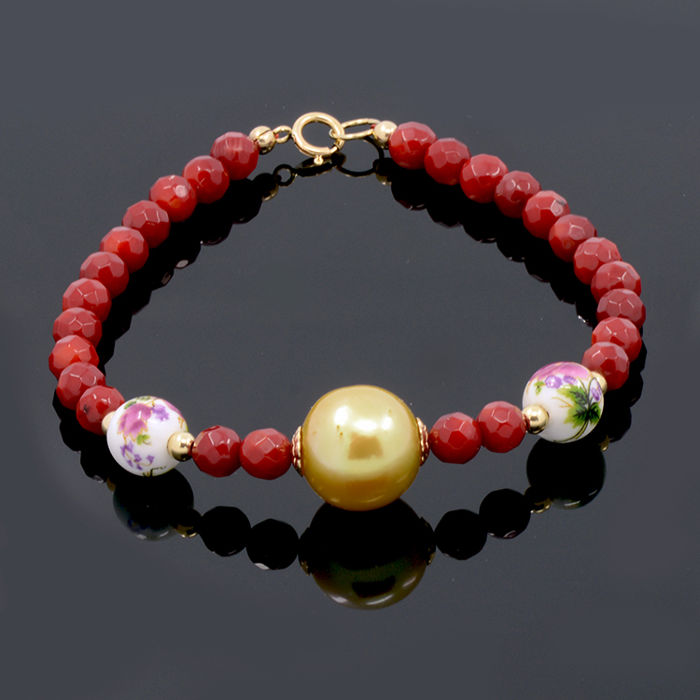 18kt/750 yellow gold bracelet with coral, South Sea cultured pearl and porcelain – Length 19.5 cm.