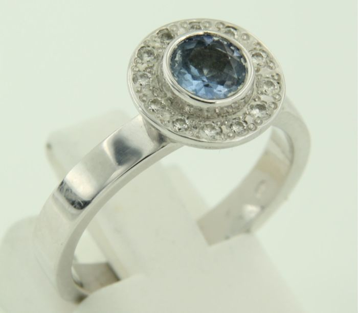14 kt white gold ring set with tanzanite and 12 brilliant cut diamonds, approx. 0.15 ct in total, ring size 17.25 (54)