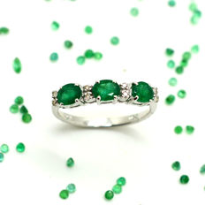 18 kt gold engagement ring with emeralds and brilliant cut diamonds totalling 1.05 ct - Size: 15 - No reserve