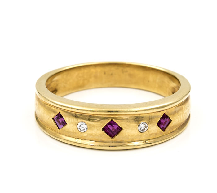 18 kt (750) yellow gold ring set with brilliant cut diamonds and fancy cut rubies – Ring size: ES 17