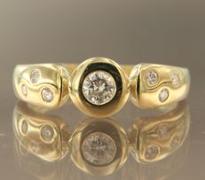Yellow gold ring of 14 kt, set with 7 brilliant cut diamonds of approx. 0.40 ct in total, ring size: 18.5 (58)