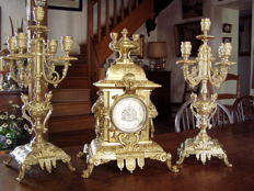 French mantel clock, 19th century, in gilt-bronze, with its candelabras.