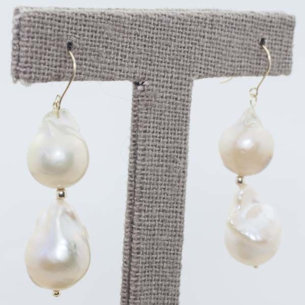 Earrings in 18 kt gold with cultured pearl and fish-hook clasp – 44 mm