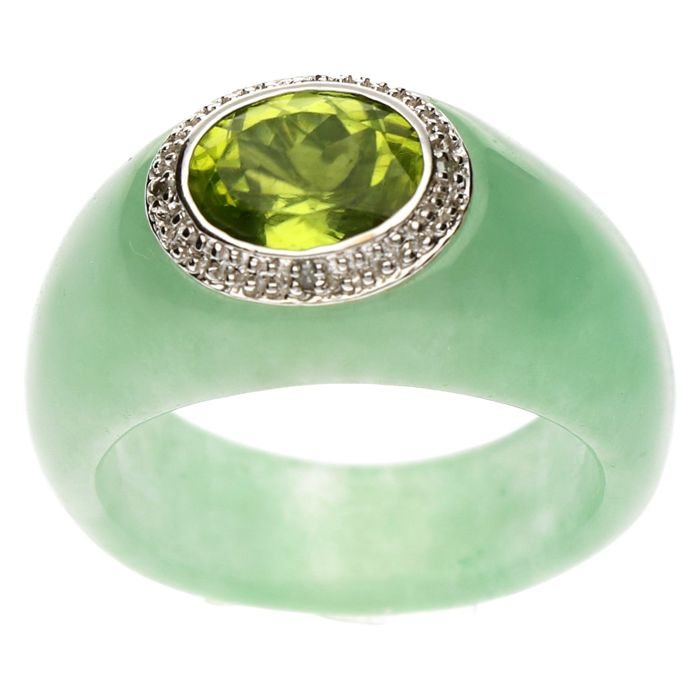 Ring - 14 kt White gold - Coloured jade set with Peridot and diamonds, 0.02 ct - size 15 1/2