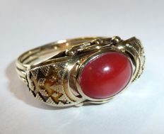 14 kt / 585 gold wide ring  format transverse to the finger with natural antique Mediterranean coral blood coral