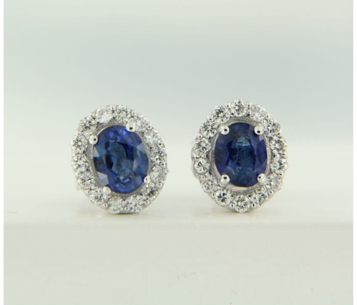 14k white gold rosette ear studs with sapphire and 28 diamonds, approx. 0.24 carat in total – Size 8.0 mm x 6.8 mm