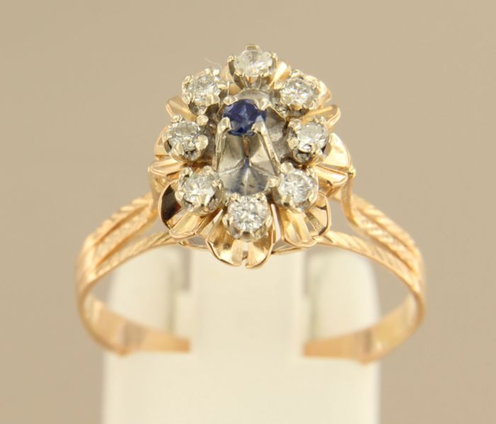 18 kt bi-colour gold ring with sapphire and 8 brilliant cut diamonds of approx. 0.32 ct in total, ring size 18.5 (58)