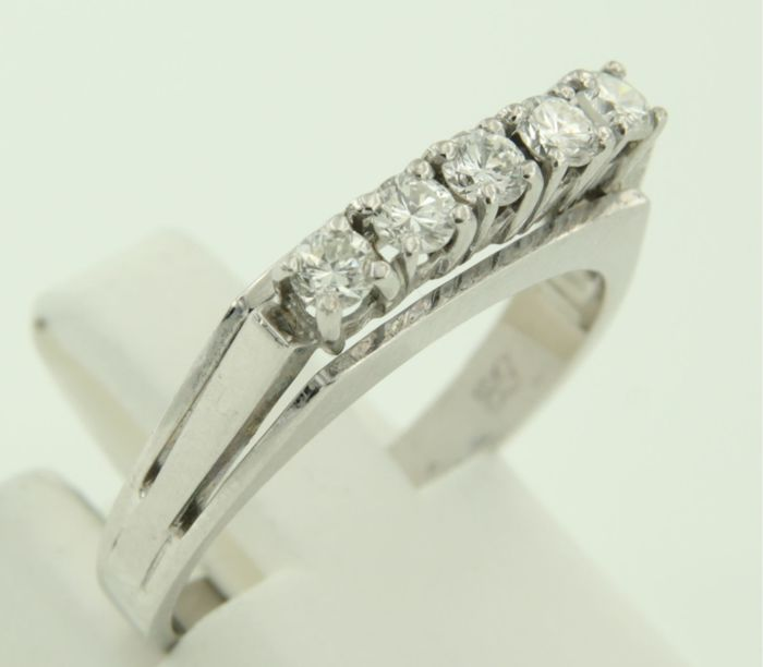 18 kt white gold ring set with 5 brilliant cut diamonds, approx. 0.35 carat in total, ring size 17.5 (55).