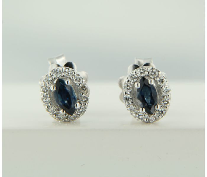 14 kt white gold ear studs with a marquise sapphire and an entourage of 24 brilliant diamonds, in total approx. 0.18 ct - 7 mm