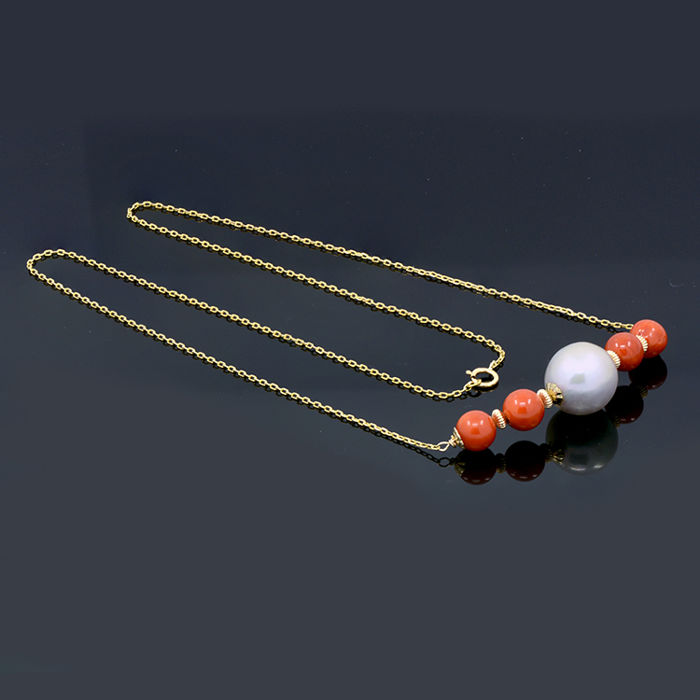 18kt/750 yellow gold necklace with coral and South Sea cultured pearl – Length 56.5 cm