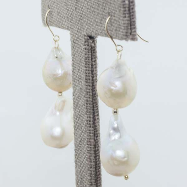 Earrings in 18 kt gold with cultured pearl and fish-hook clasp. 46 mm.