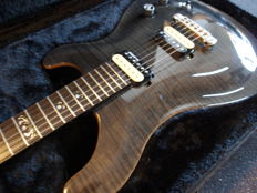 New Michael Kelly Valor Custom Black Fade, electrical guitar with MK formcase