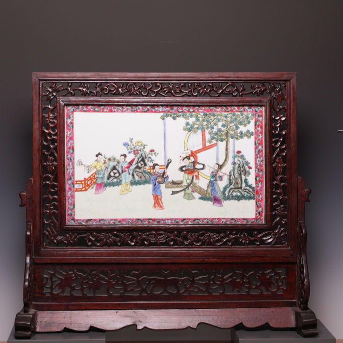 Large porcelain Famille rose porcelain tile in a wooden holder - tall ladies playing music - China - 20th century, ca. 1980