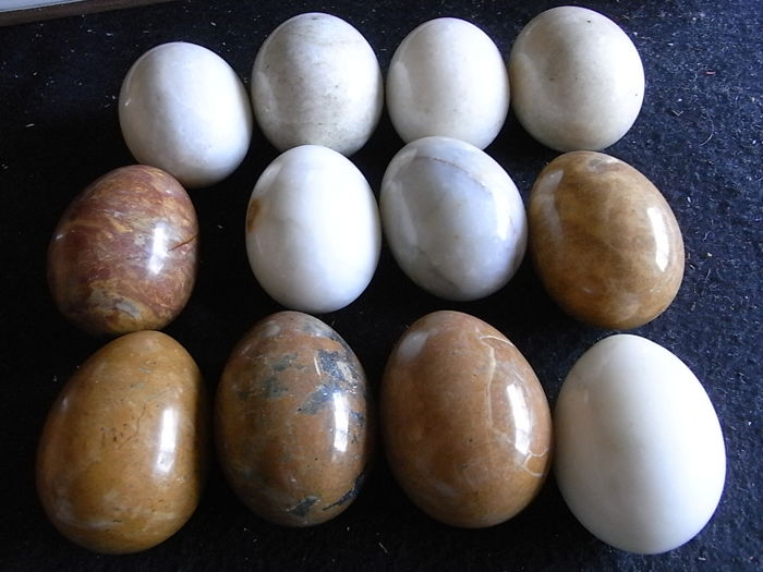 Lot of 12 Egg Shaped Spheres - Brown Onyx and White Granite - 3000 gm (12)