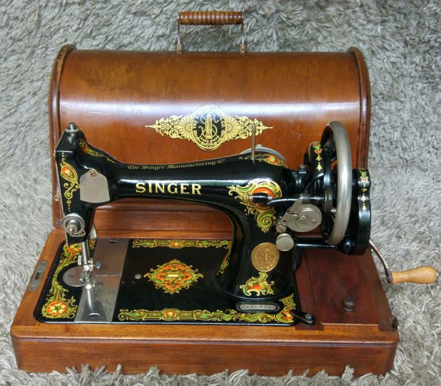 Singer 128K - Antique Sewing Machine with wooden hood and key - 1923 - Scotland