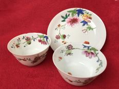 Famille rose tea bowls and saucer - China - ca. 1730/1750 (Yongzheng/Qianlong period)