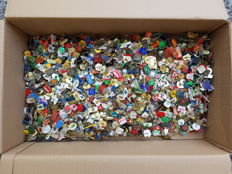 Large collection of pins over 3 kg Ca 2,600 items
