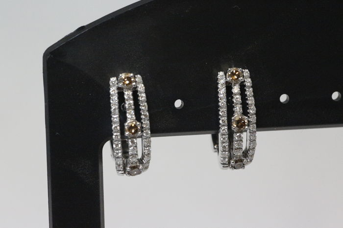 Earrings with approx 0.90 ct diamonds.