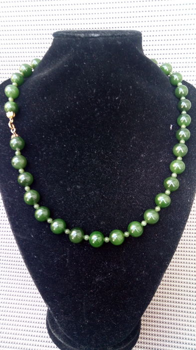 Necklace with large round Jade beads and gold clasp – From the 1950s – 100.37 grams.