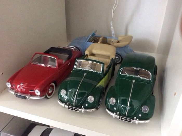 Maisto / Solido - Scale 1/18 - Lot with 4 Volkswagen models & 1/18 Led Display Case