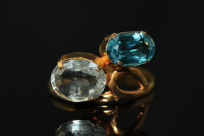 18 kt gold ring set with aquamarine and blue topaz - size 58.