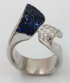 Ring in 18 kt/750 White gold with diamonds of 0.7 ct and Sapphires of 1.36 ct Weight: 18.3 g.