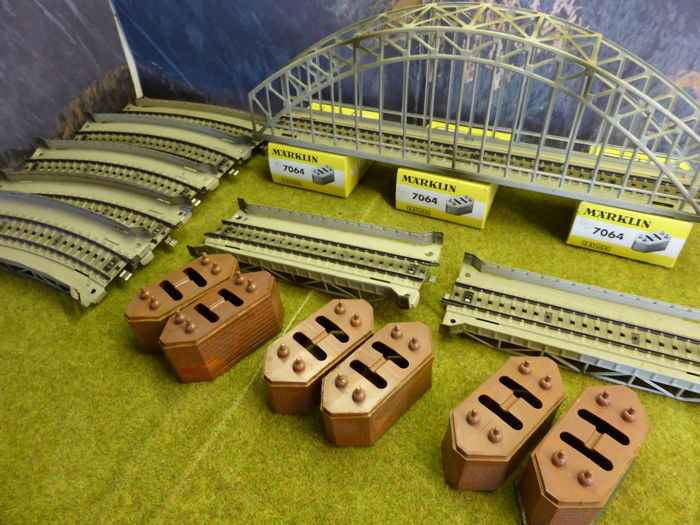 Märklin H0 - 7163/68/67/7064 - 15-piece collection of M-rails:  1 metal arched bridges and 7 metal bridge-sections, 6 pillars