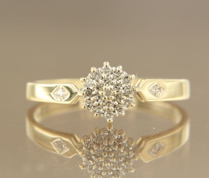 14 kt bi-colour gold entourage ring set with 21 single cut diamonds, approx. 0.20 ct in total – ring size 19.5 (61)