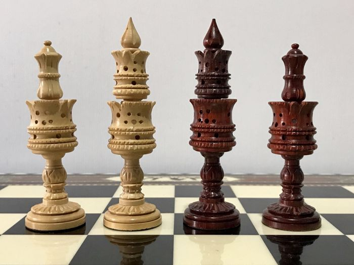 Arabesque chess set made of rosewood