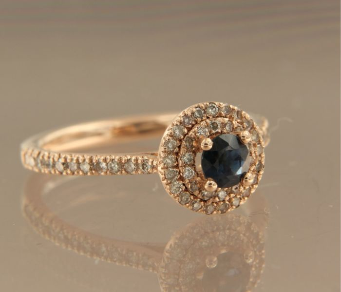 14 kt rose gold entourage ring with a brilliant cut sapphire of approx. 0.50 ct in total and with 56 brilliant cut diamonds of approx. 0.33 ct in total – size 17